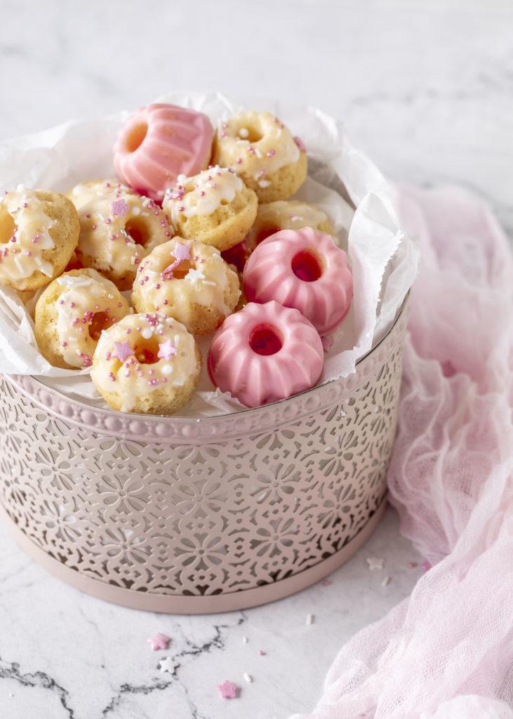 Einfaches Rezept: Saftige Zitronen Mini Joghurt Gugel mit und ohne Schokoglasur backen Kindergeburtstag Kids Geburtstag Gugelhupf Bundtcake #bundtcake #minigugel #zitrone #joghurt #gugelhupf #backen | Emma´s Lieblingsstücke