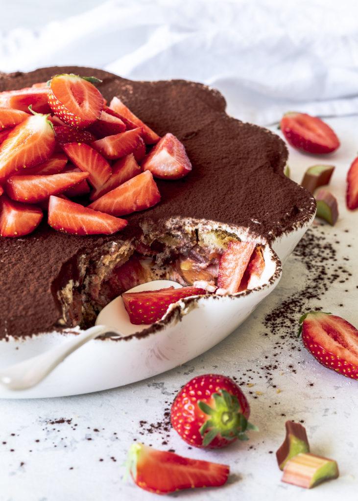 Einfaches Rhabarber Erdbeer Tiramisu Rezept ohne Ei Dessert Löffelbiskuits #tiramisu #dessert #rhabarber #rhubarb #erdbeeren #dessertinajar | Emma´s Lieblingsstücke