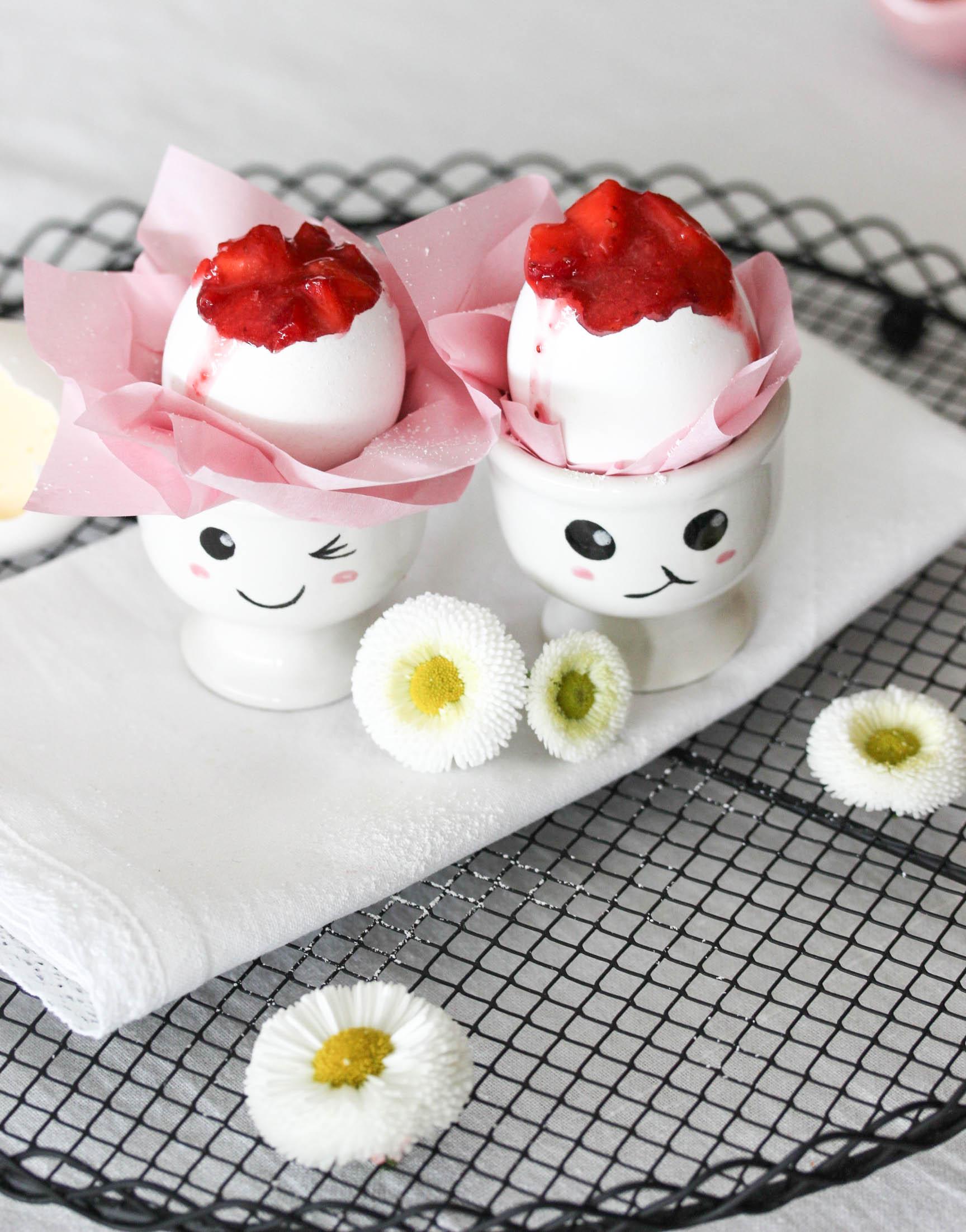 Einfaches Eierlikör Panna Cotta Rezept mit Erdbeeren Leckeres Dessert zu Ostern Dessert in Eierschalen #pannacotta #erdbeeren #ostern #dessert   Backblog Foodfotografie Foodblog  | Emma´s Lieblingsstücke
