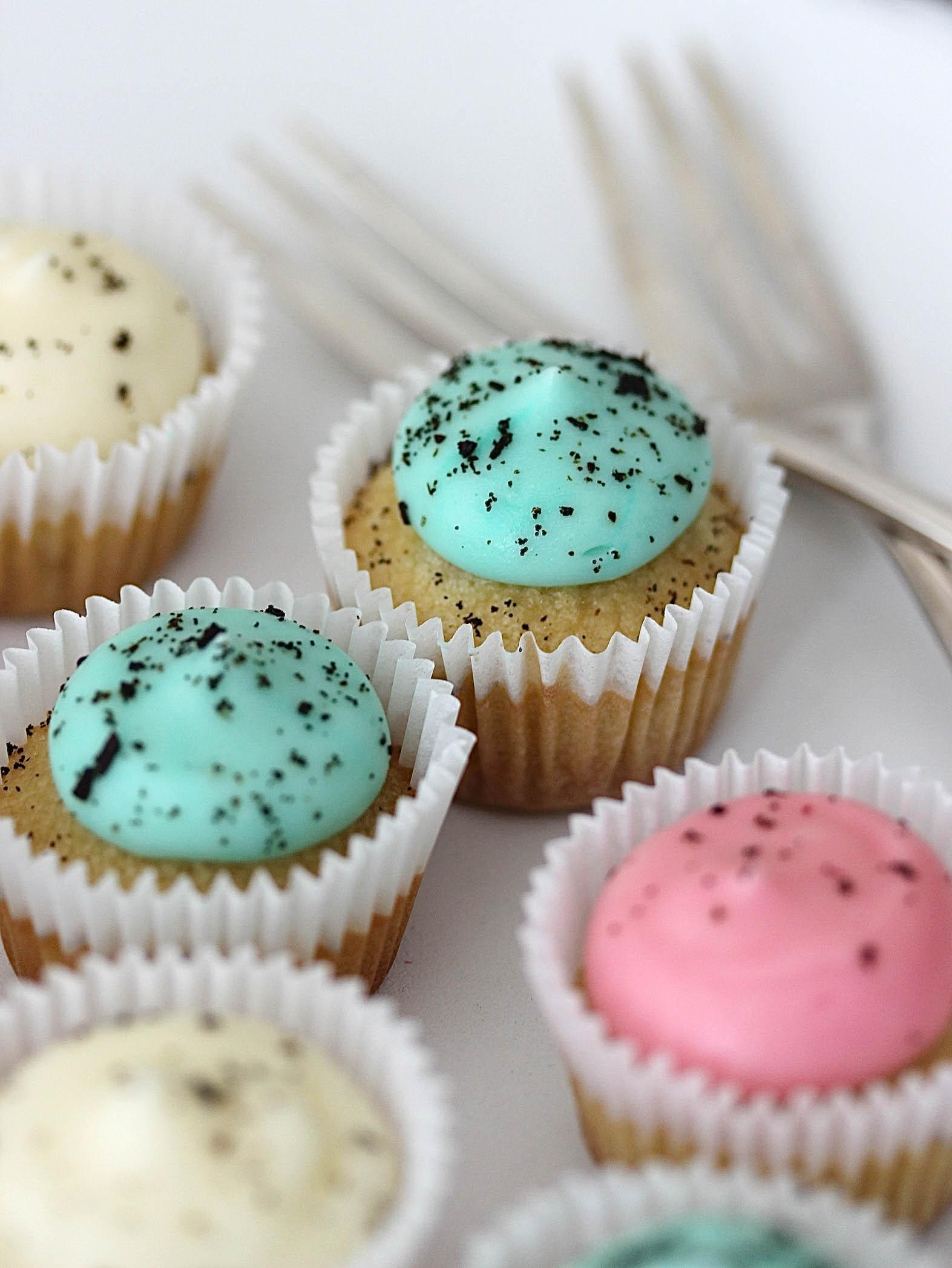 Süße Mini Vanille Cupcakes mit pastelligem Frosting Rezept Ostern Babyparty Babyshower Kindergeburtstag backen #cupcakes #ostern #babyshower #kindergeburtstag Backblog Foodfotografie Foodblog | Emma´s Lieblingsstücke