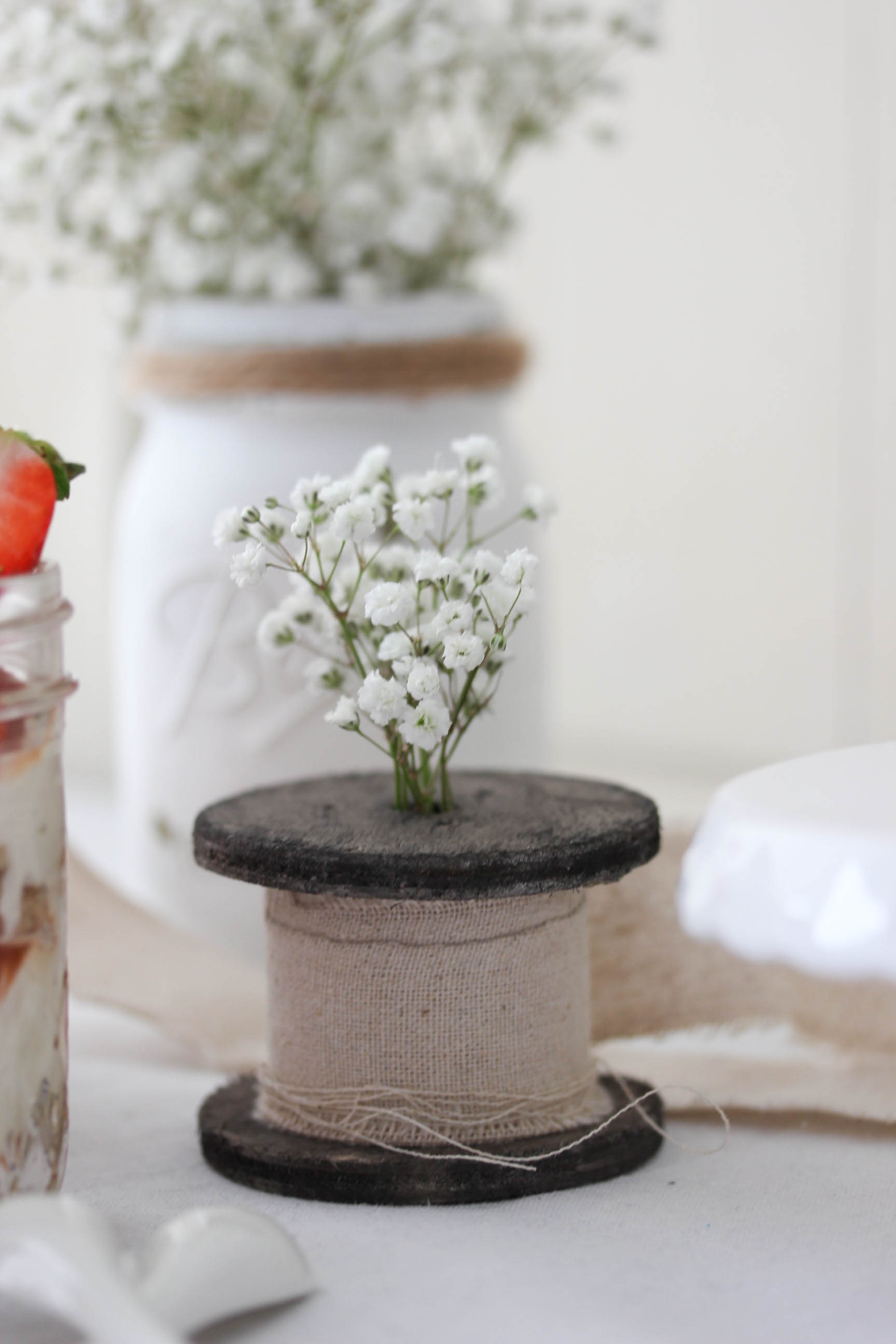 Einfaches Rhabarber Erdbeer Tiramisu Rezept Dessert im Glas Löffelbiskuits #tiramisu #dessert #rhabarber #rhubarb #erdbeeren #dessertinajar | Emma´s Lieblingsstücke