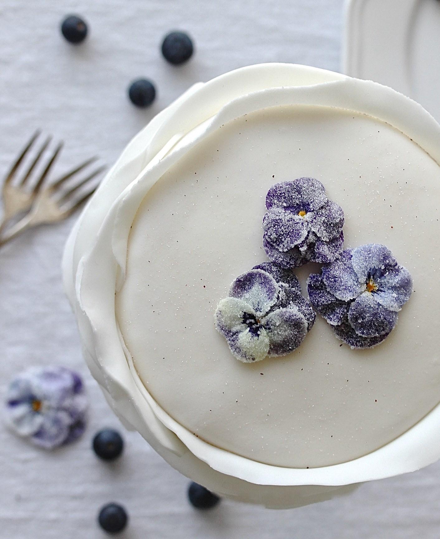 Muttertags Rezept: Blaubeer Fondant Torte mit gezuckerten Blüten backen Hornveilchen Motivtorte Hochzeitstorte weiße Torte #fondant #muttertag #hochzeit #cake #backen | Emma´s Lieblingsstücke