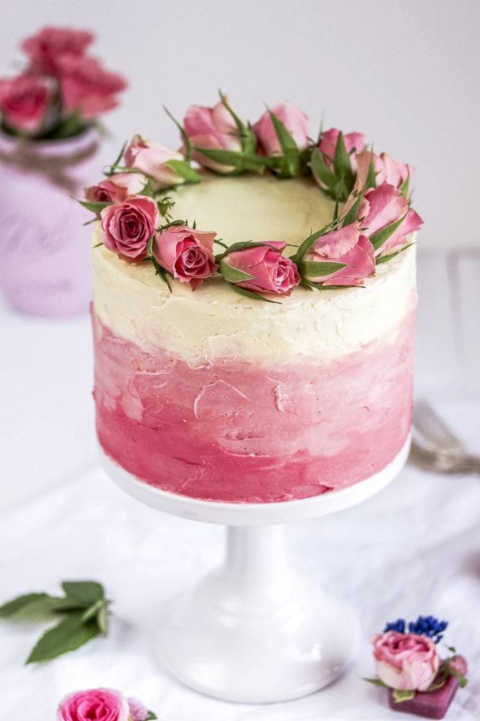 Rezept: Himbeer Ombre Torte mit Himbeeren und Rosendeko zum Muttertag backen Babyparty Babyshower Geburtstag Mädels #ombre #cake #torte #muttertag #mothersday | Emma´s Lieblingsstücke