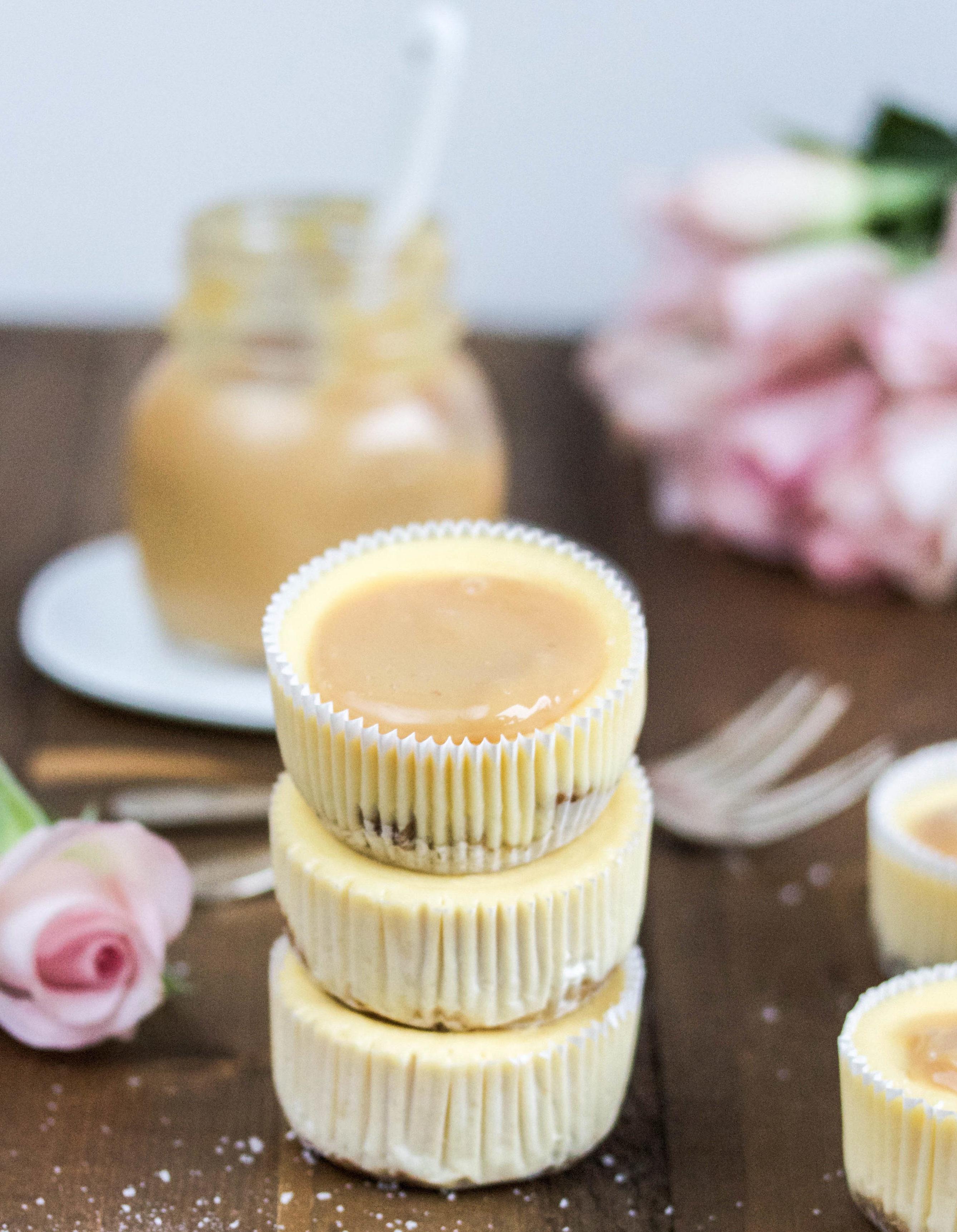 Rezept für Mini Cheesecakes mit Salted Carmel oder Beeren Topping Dulce de Leche backen Muffin Käsemuffins Beerentörtchen #minicheesecake #cheesecake #saltedcaramel #caramel #dulchedeleche #käsekuchen | Emma´s Lieblingsstücke