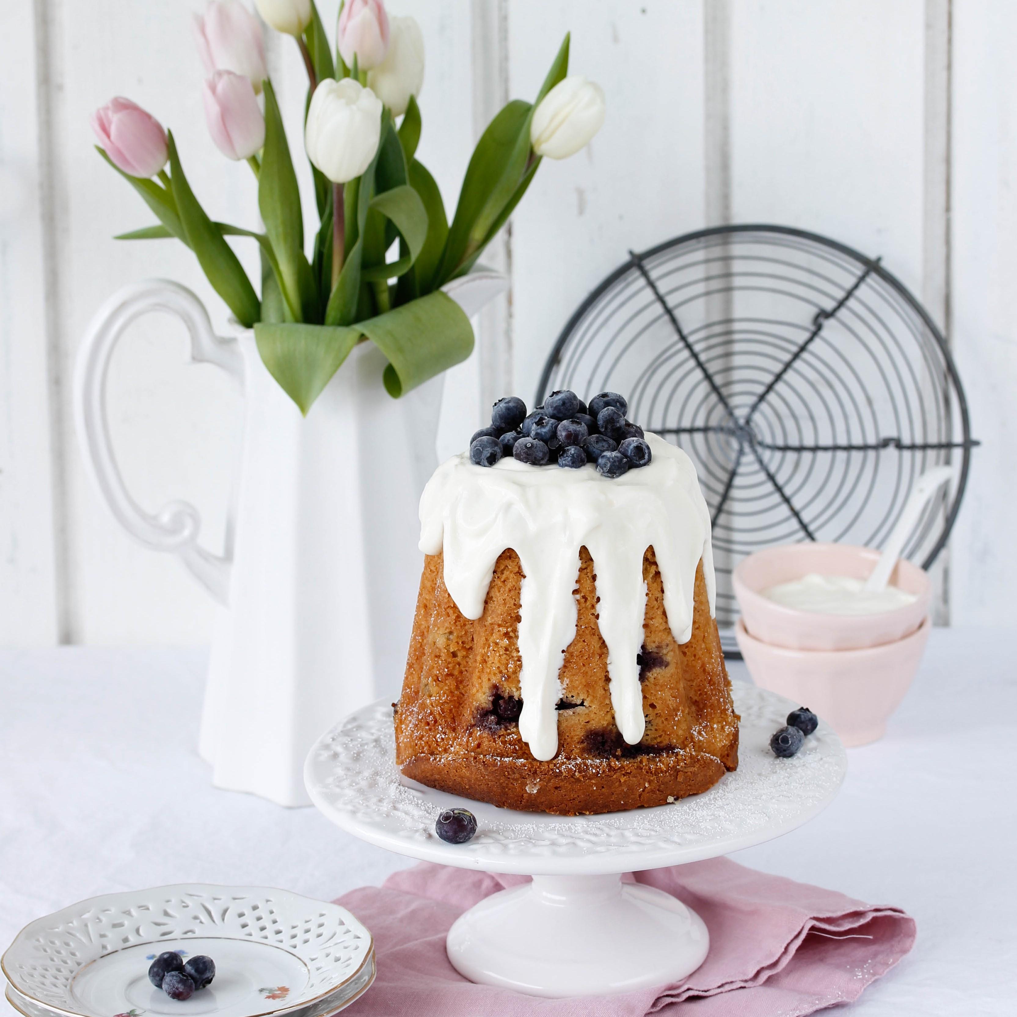 Rezept: Einfacher Blaubeer Gugelhupf mit Eierlikör backen Ostern Kuchen Rührkuchen lecker Osterkuchen Heidelbeeren #cake #bundtcake #kuchen #blaubeeren | Emma´s Lieblingsstücke