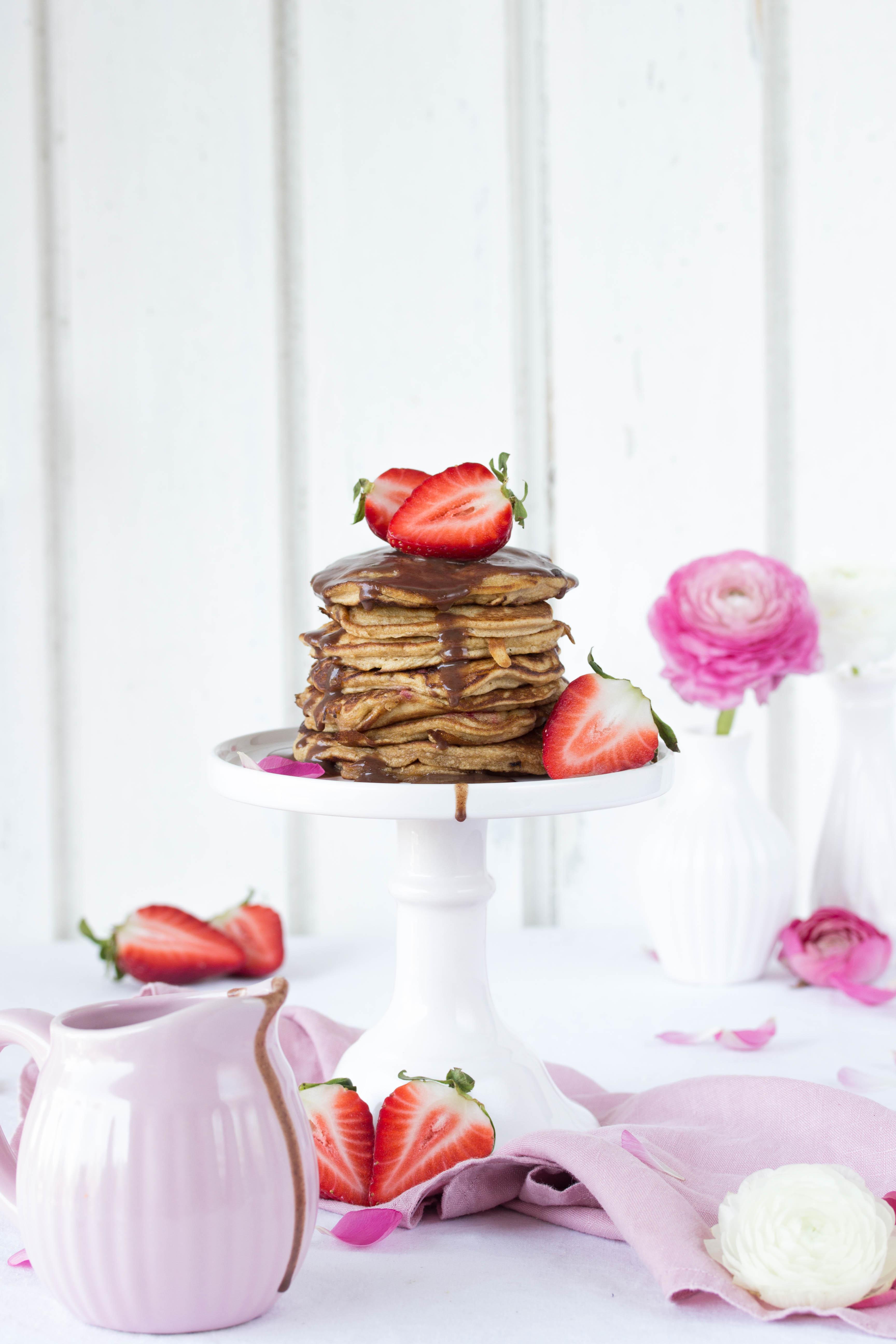 Dinkel Pancakes mit Kokosblütenzucker und Erdbeeren-2