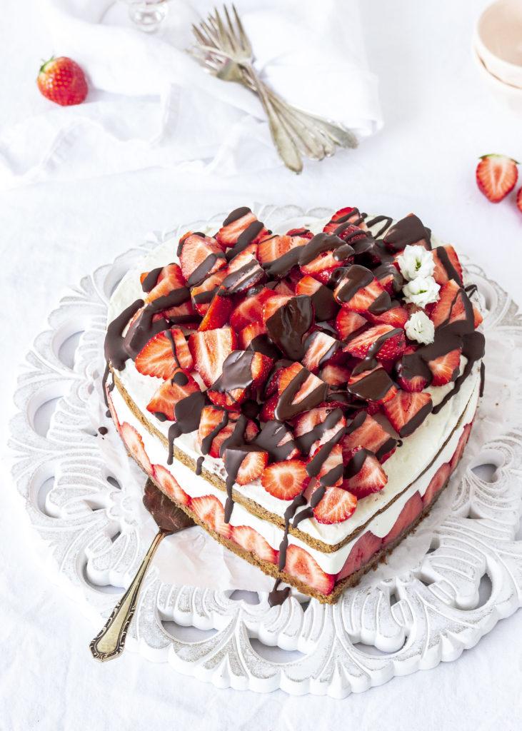 Rezept: Erdbeer Schoko Herz Torte zum Muttertag backen #muttertag #herztorte #mothersday #backen #erdbeeren #cake Schokolade | Emma´s Lieblingsstücke
