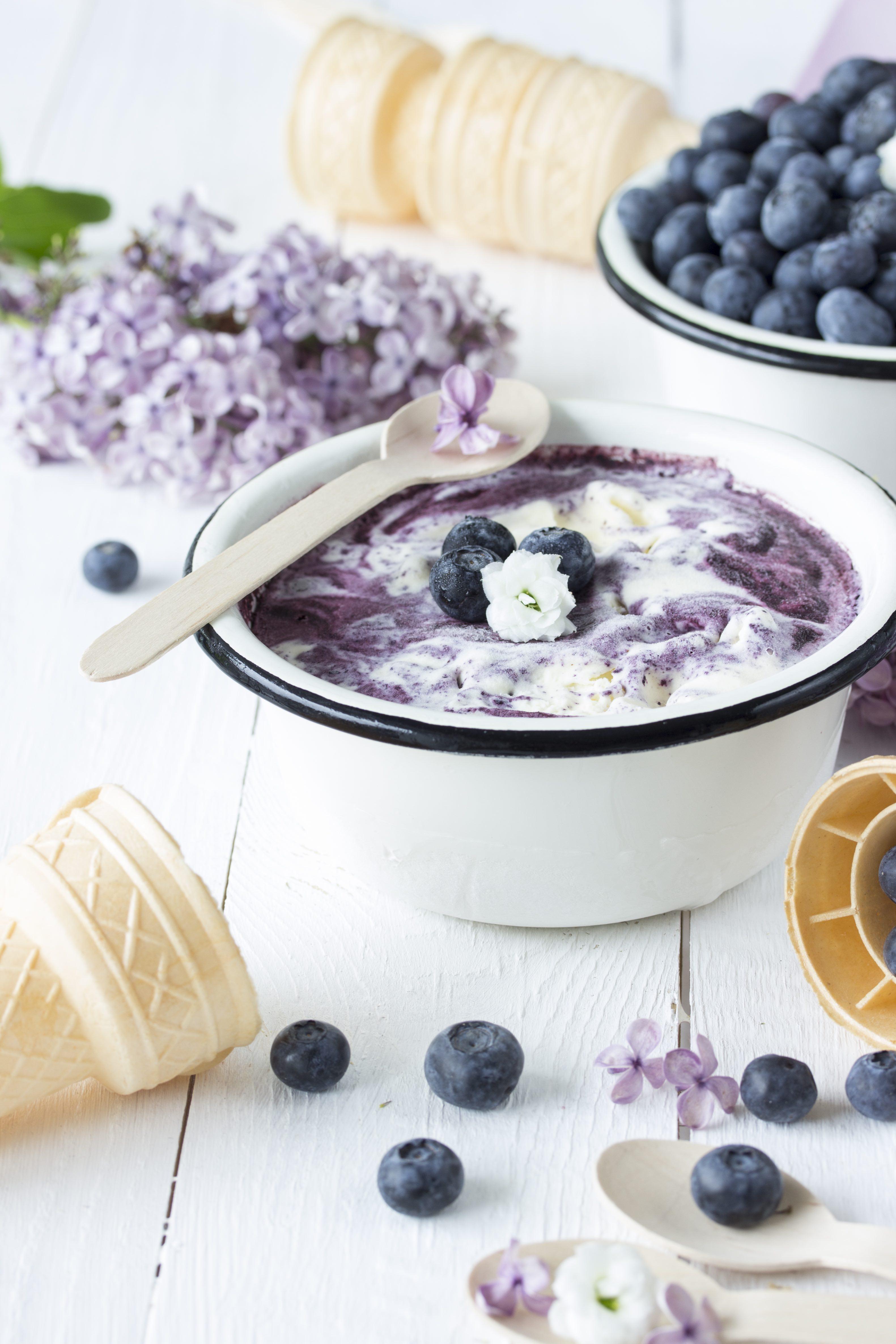 Sahneeis mit Blaubeerswirl und Fliedersirup-3