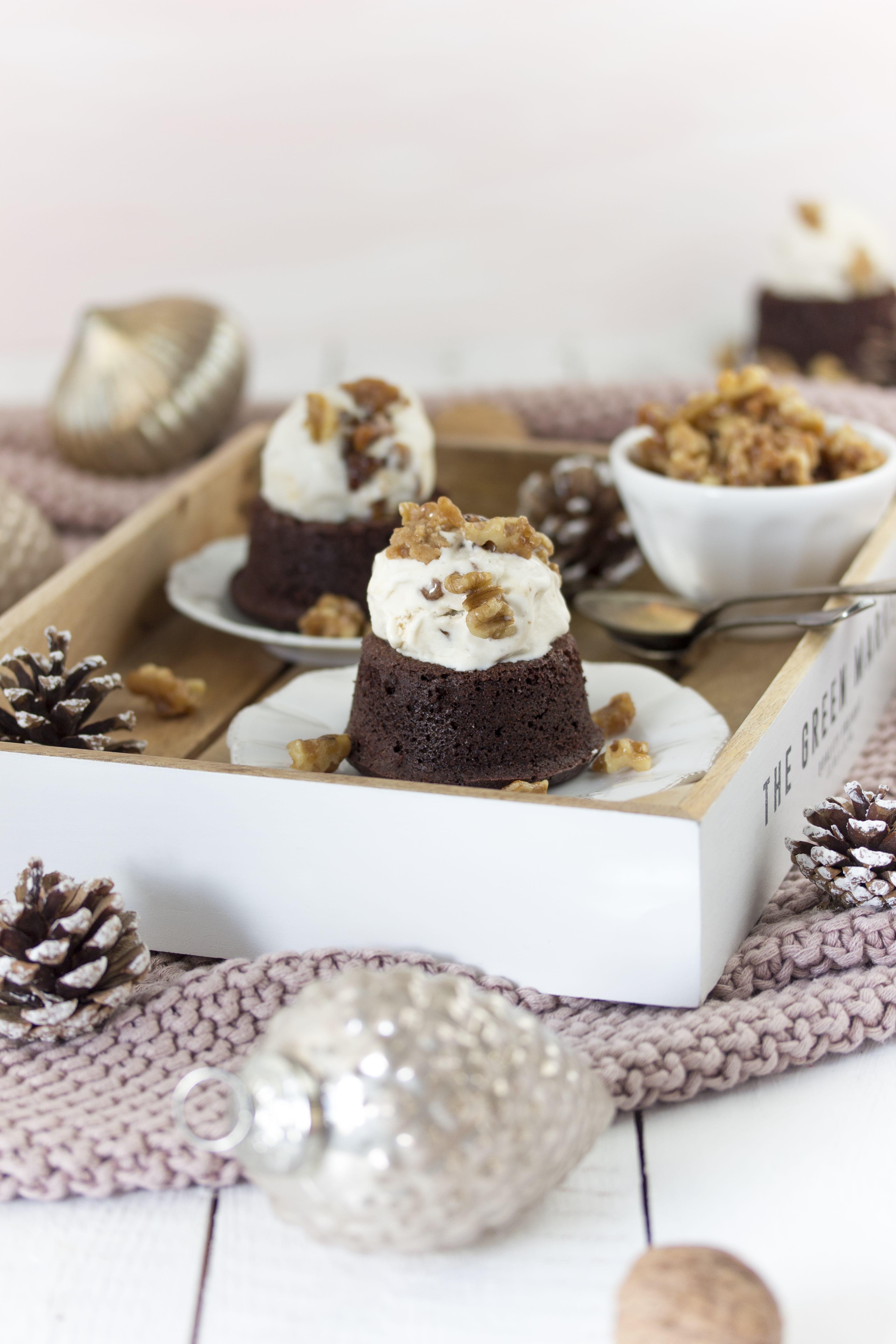 Maple Walnuts Eis auf Schokoladen-Törtchen