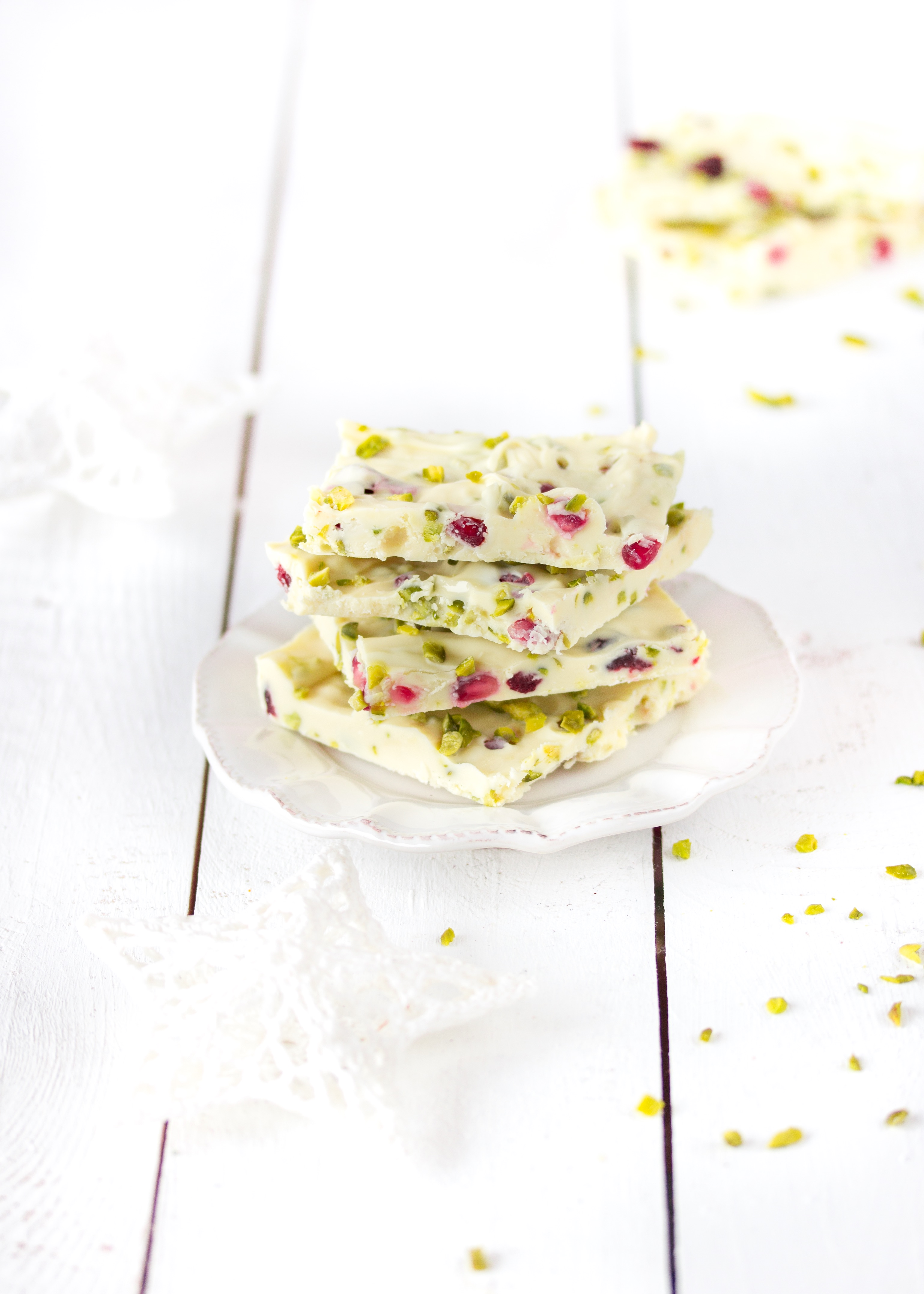 Weiße Schokolade mit Pistazien und Granatapfelkernen