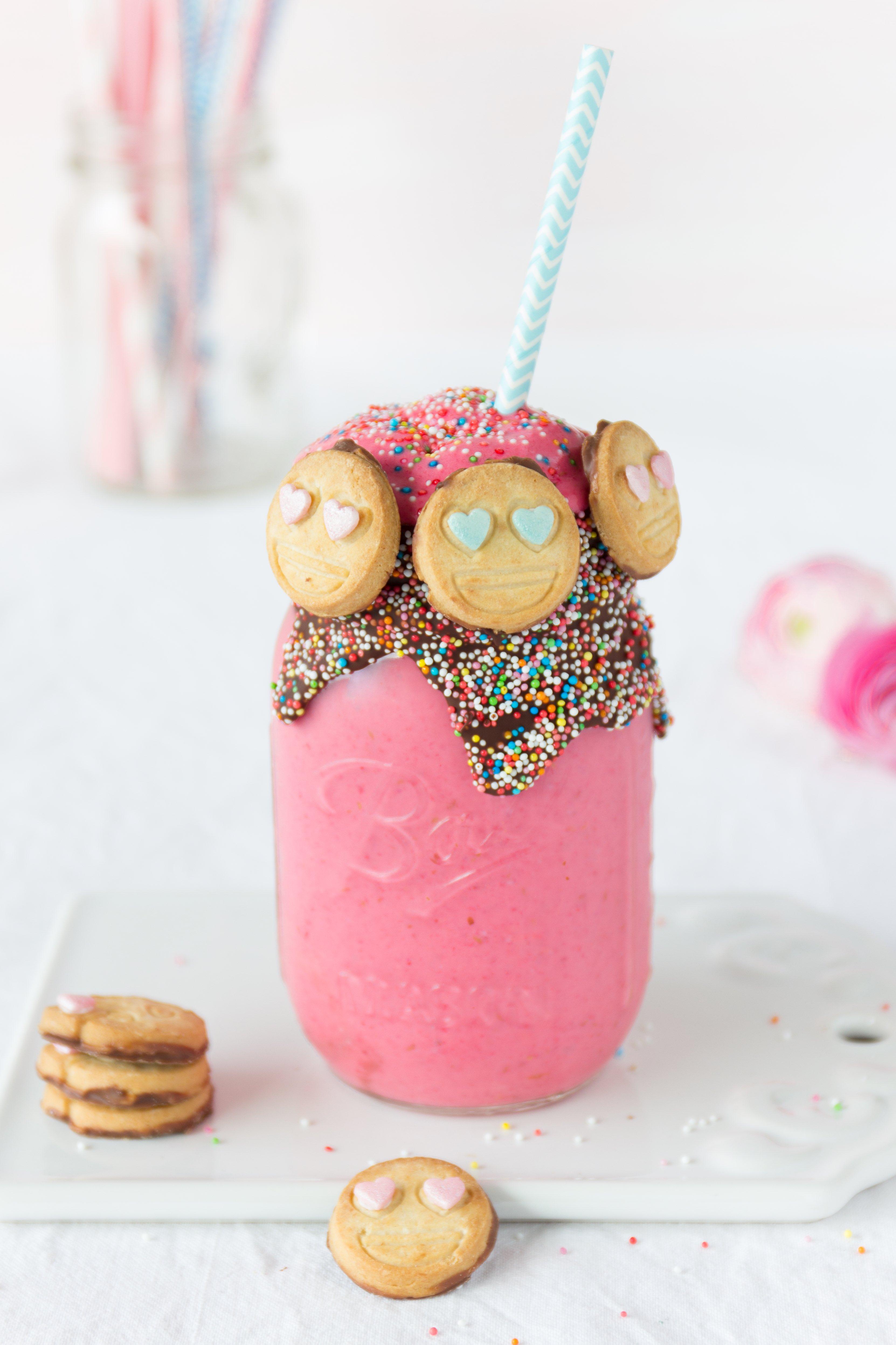 Smoothie Rezept: Himbeer Cheesecake Smoothie zum Valentinstag mit Emoji Keksen #smoothie #valentinstag #cheesecakesmoothie #himbeere | Emma´s Lieblingsstücke