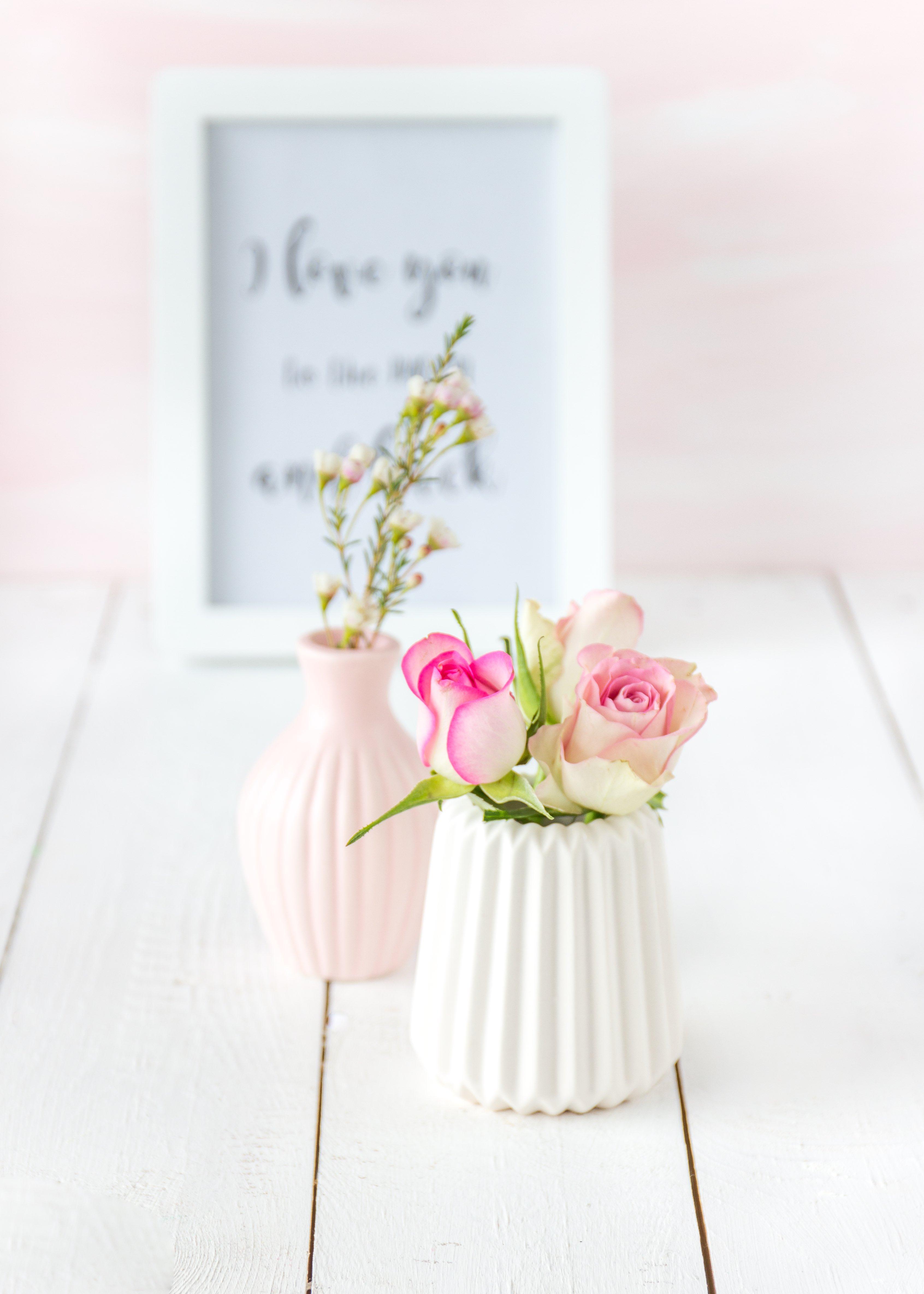 rosen_in_weisser_vase