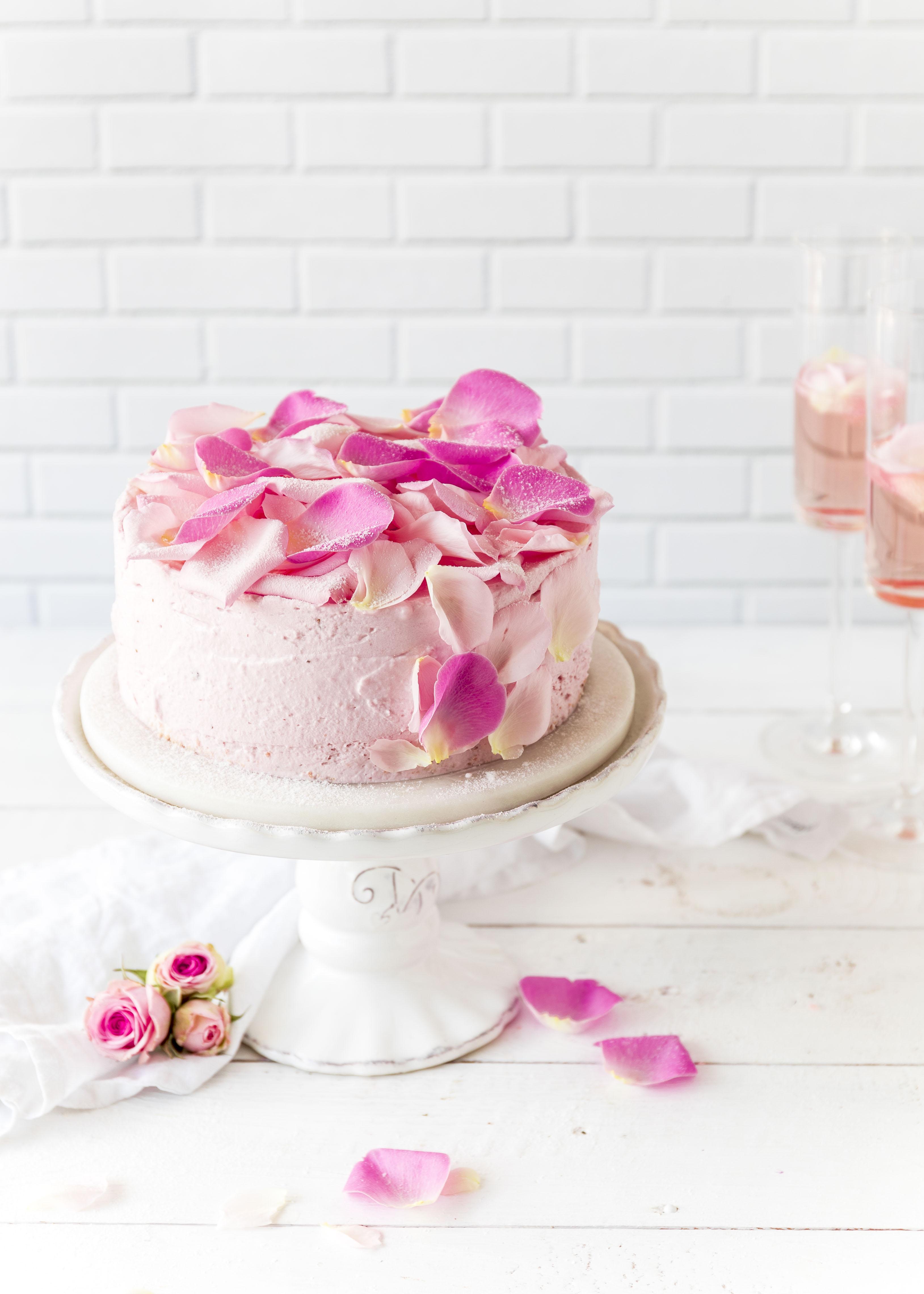 Rezept: Erdbeer Sekt Torte zum Muttertag mit Rosenblüten backen #muttertag #sekt #torte #mothersday #backen #erdbeeren #cake fluffiger Biskuit | Emma´s Lieblingsstücke