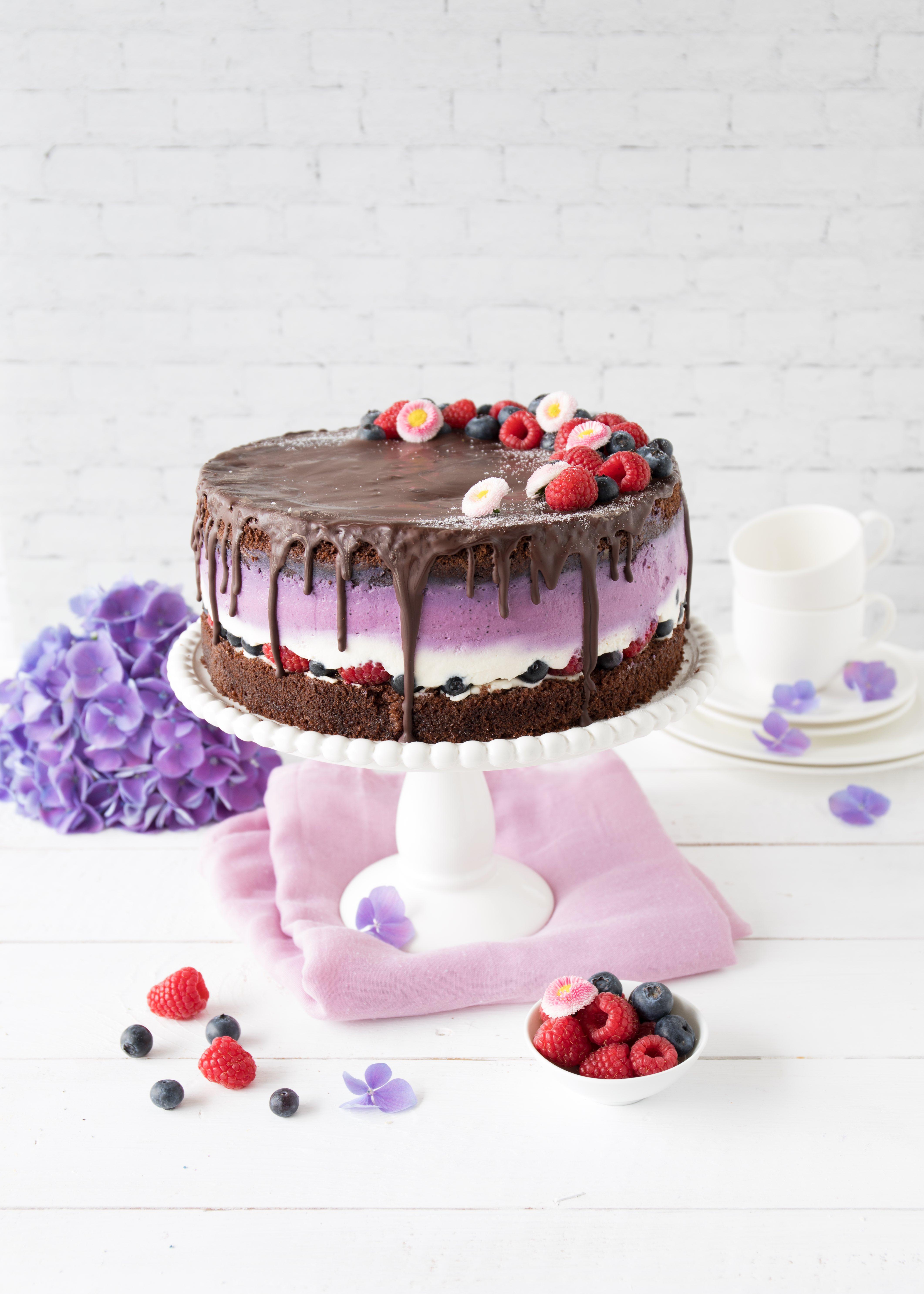Beeren Schokoladen Torte mit Schoko Drip Rezept backen Blaubeeren Himbeeren Joghurt #torte #beeren #dripcake #backen #cake #berry #chocolate | Emma´s Lieblingsstücke