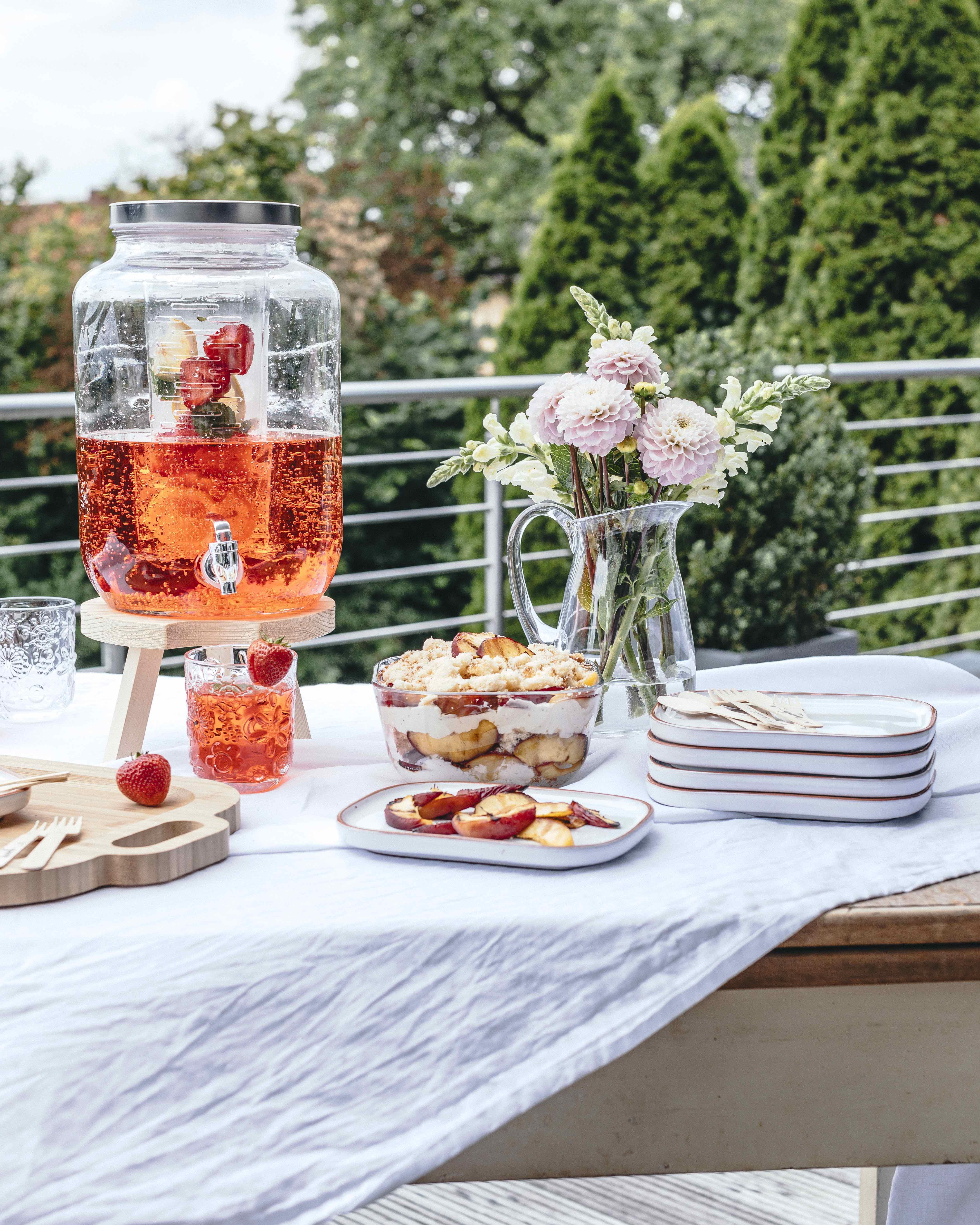 (Werbung) Rezepte für Sommerliches Trifle mit gegrillten Nektarinen, Erdbeer-Bowle, Melonen-Spieße Gartenparty Partyrezepte Sommer #party #gardenparty #summer #summerparty #partyfood | Emma´s Lieblingsstücke