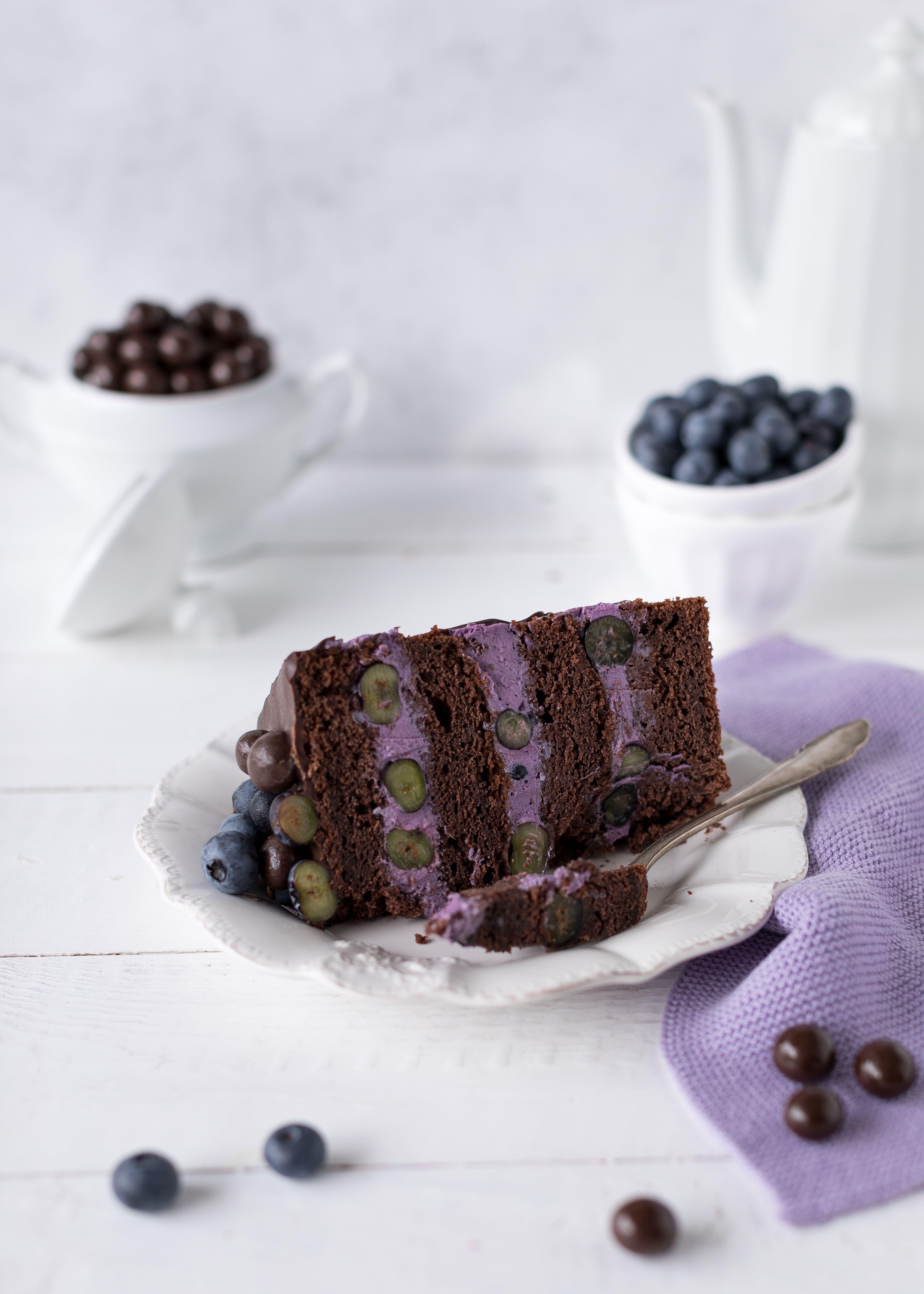 Blaubeer Schoko Layer Cake Rezept Torte Drip Cake backen Schokolade Blaubeere Heidelbeeren #dripcake #layercake #chocolate #schokolade #torte | Emma´s Lieblingsstücke