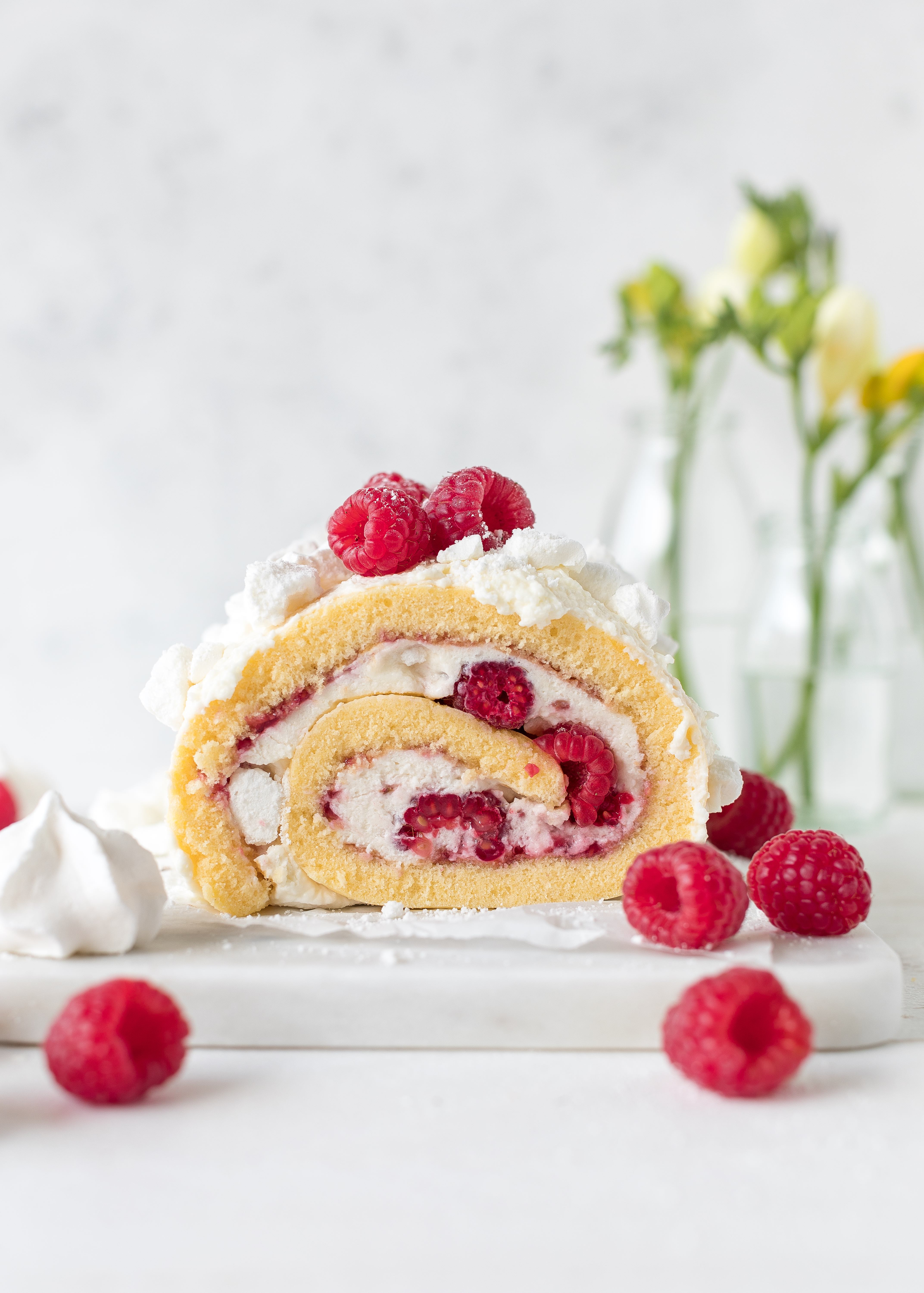Himbeer Joghurt Biskuitrolle mit Baiser backen Rezept #Biskuitrolle #Himbeeren #baiser #torte #cake #backen | Emma´s Lieblingsstücke
