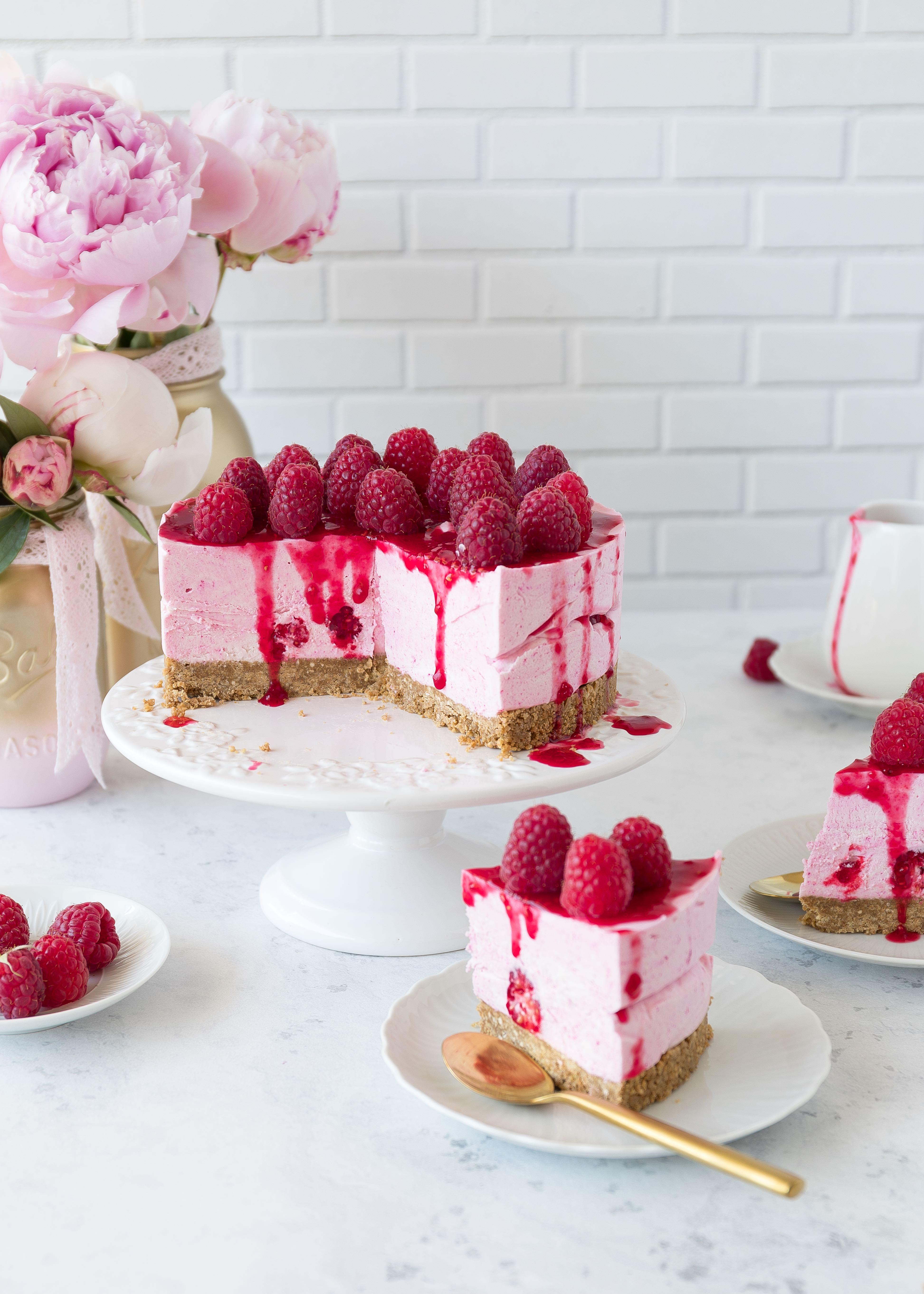 Cheesecake Rezept: Semifreddo Himbeer Cheesecake ohne Backen Eistorte ice cream cake raspberry sommer #semifreddo #cheesecake #eistorte #torte #nobake   Emma´s Lieblingsstücke
