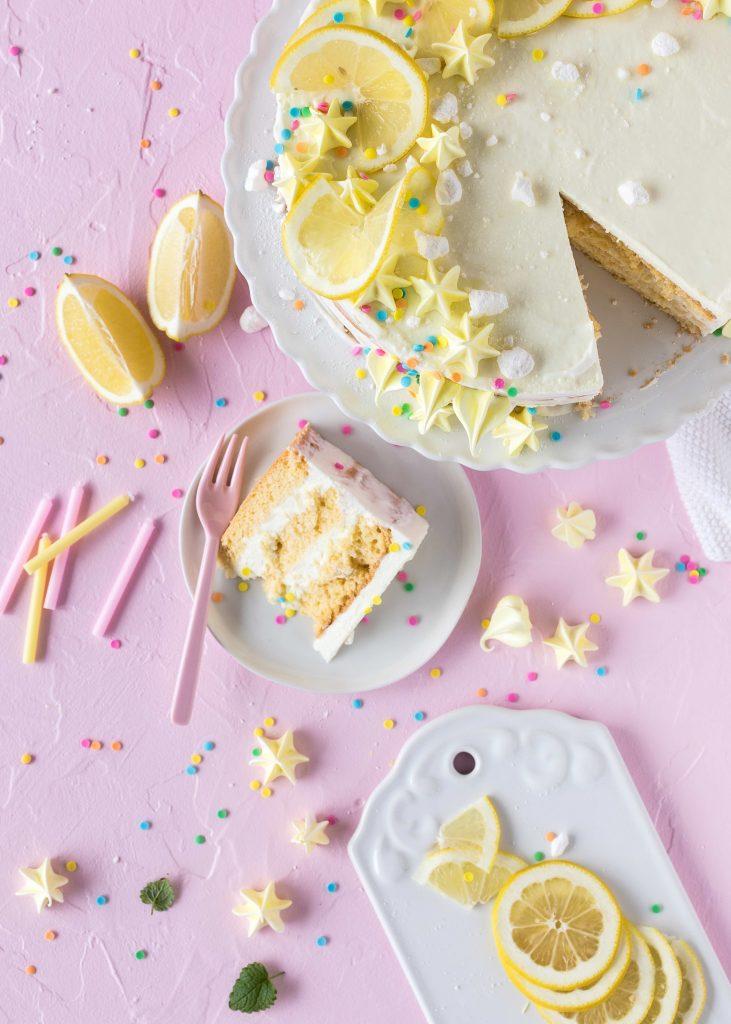Einfache Zitronen Quark Geburtstags Torte Rezept lecker zitronig Baiser Backen #torte #lemoncake #cake #baiser #backen Mermaid Meerjungfrauen Nicecream Bowl Rezept #mermaid #meerjungfrau #dessert #nobake #meringue #baiser | Emma´s Lieblingsstücke