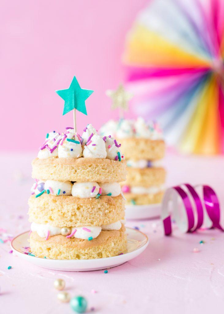 Bunte Faschingstörtchen mit Sekt und Zuckerstreusel Rezept backen Karneval Fasching Party #fasching #karneval #torte #carneval | Emma´s Lieblingsstücke
