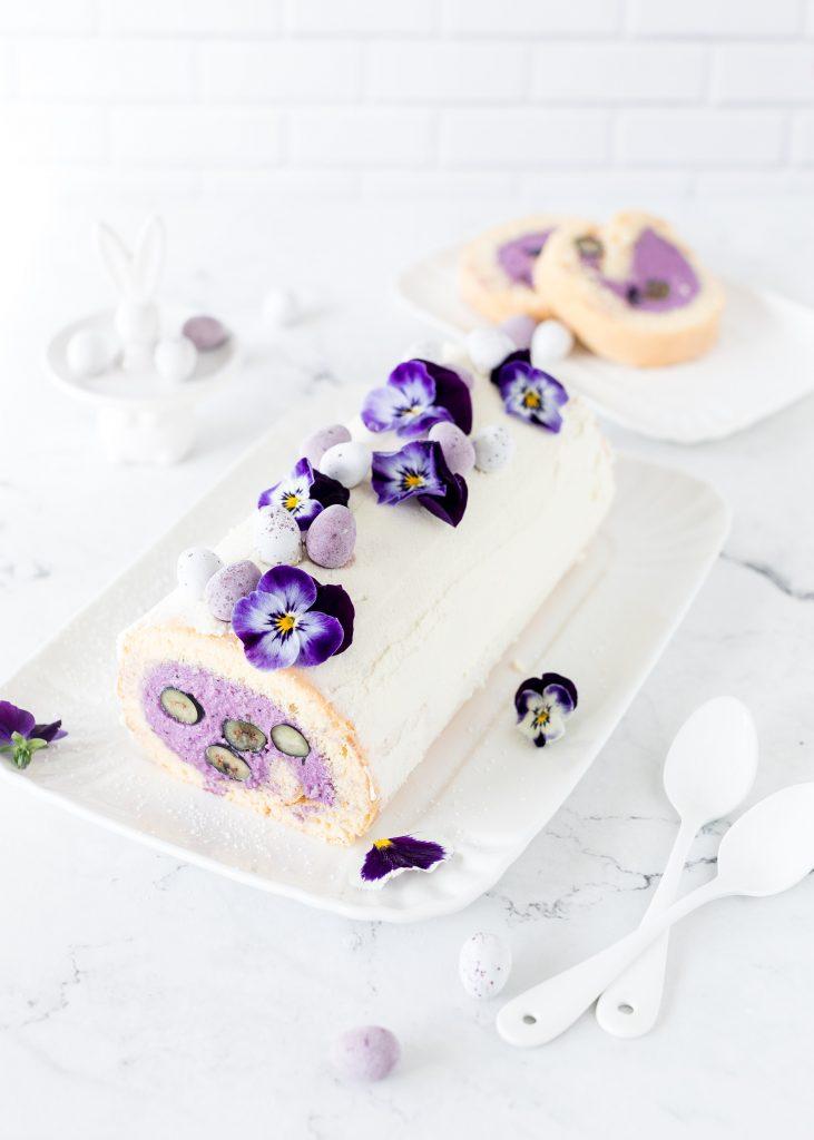 Rezept: Biskuitrolle mit Blaubeeren zu Ostern mit Hornveilchen und Mini Ostereiern Heidelbeeren Kuchen Torte backen #ostern #easter #biskuitrolle #blaubeeren #backen #easter | Emma´s Lieblingsstücke