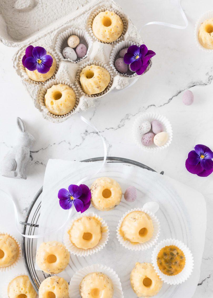 Saftige Maracuja Mohn Mini Gugel zu Ostern Rezept backen einfach lecker Gugelhupf Poppy seed bundtcake easter treaty #poppyseed #gugelhupf #minigugel #ostern #maracuja #easter #backen | Emma´s Lieblingsstücke