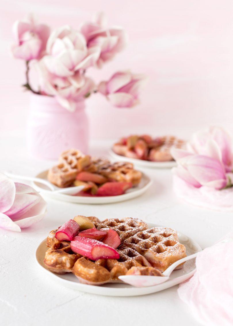 Joghurt Waffeln Rezept mit Rhabarber und Cranberrry Sauce backen Frühling lecker einfach Osterbrunch #waffeln #backen #ostern #waffles #waffeln #easter | Emma´s Lieblingsstücke