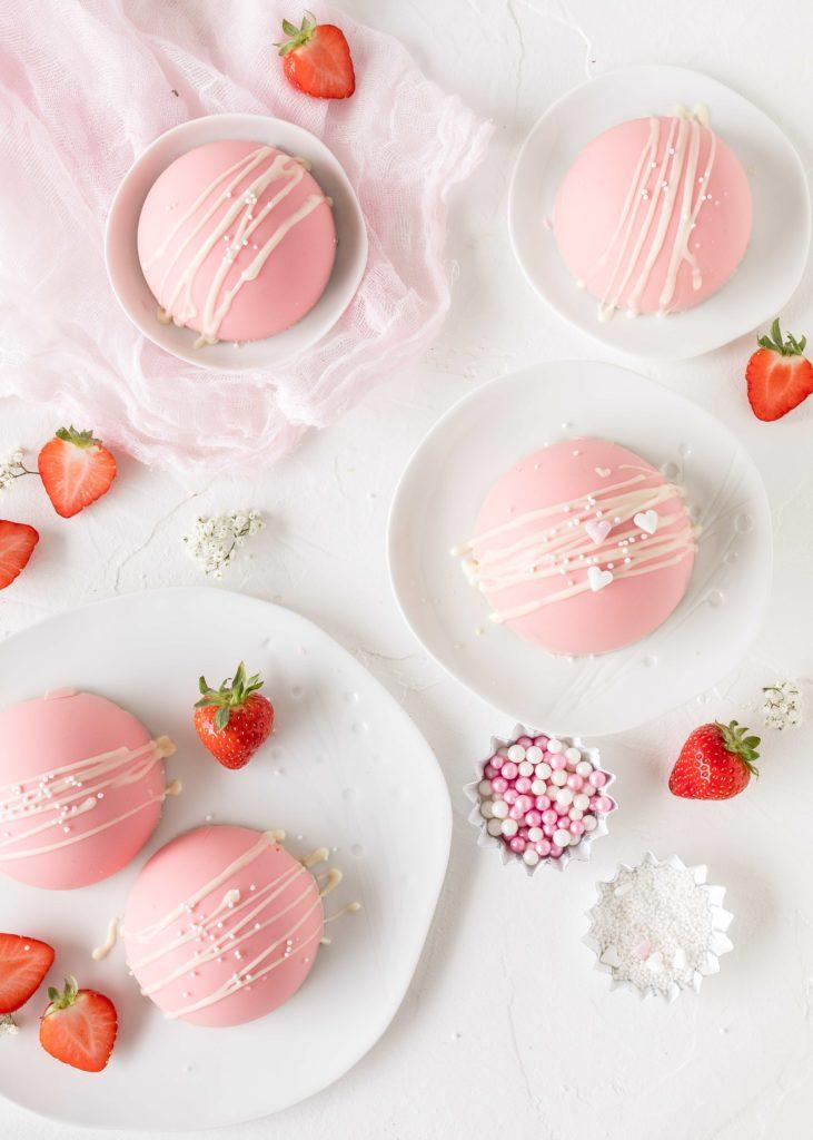 Erdbeer Joghurt Kuppeltörtchen Rezept zum Muttertag ohne Backen Halbkugel #erdbeeren #mini #muttertag #nobake #rosa #torte   Emma´s Lieblingsstücke