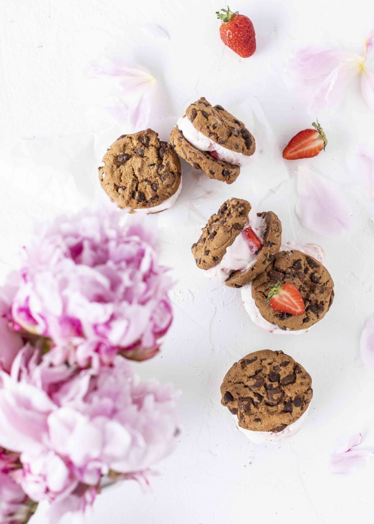 Einfaches Rezept für Erdbeer Chocolate Chip Ice Creme Sandwiches ohne backen einfach schnell lecker #sandwiche #ice #icrecream #eis #erdberen #cookies | Emma´s Lieblingsstücke