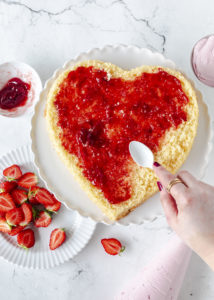 Rezept: Erdbeerherz Torte zum Muttertag mit Erdbeeren backen #muttertag #herztorte #mothersday #backen #erdbeeren #cake fluffiger Biskuit   Emma´s Lieblingsstücke