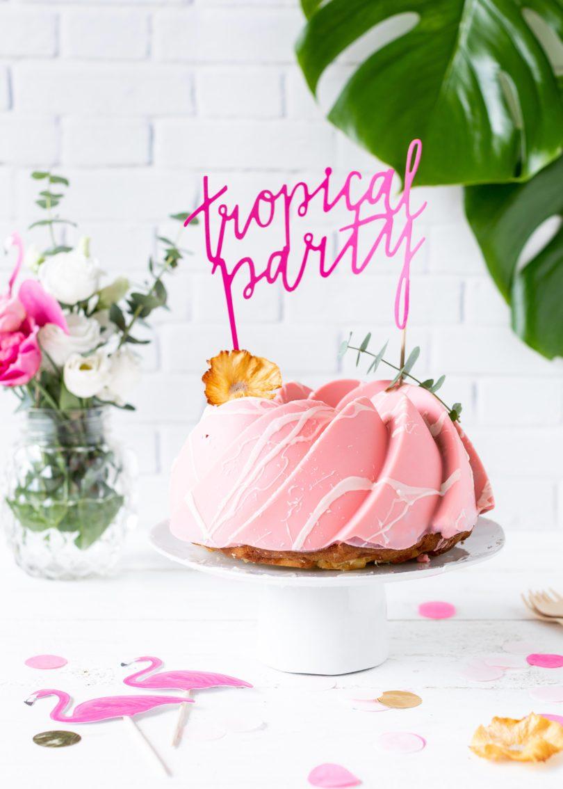 Piña Colada-Gugelhupf Rezept mit rosa Schokoladen Glasur backen perfekt für die Tropical Party Rührkuchen mit Ananas #gugelhupf #bundtcake #tropicalparty #backen #cake #kuchen | Emma´s Lieblingsstücke