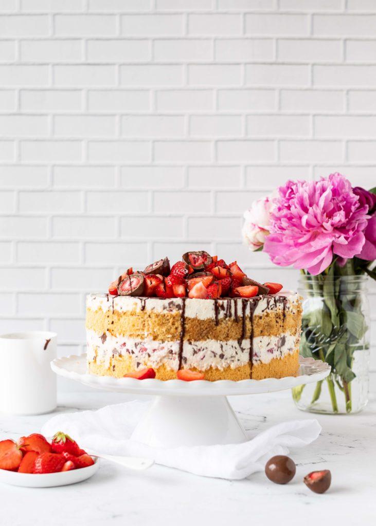 Stracciatella Erdbeer Tiramisu Torte Erdbeertorte backen Rezept Biskuit Backblog Foodfotografie Foodblog #tiramisu #torte #erdbeeren #cake | Emma´s Lieblingsstücke