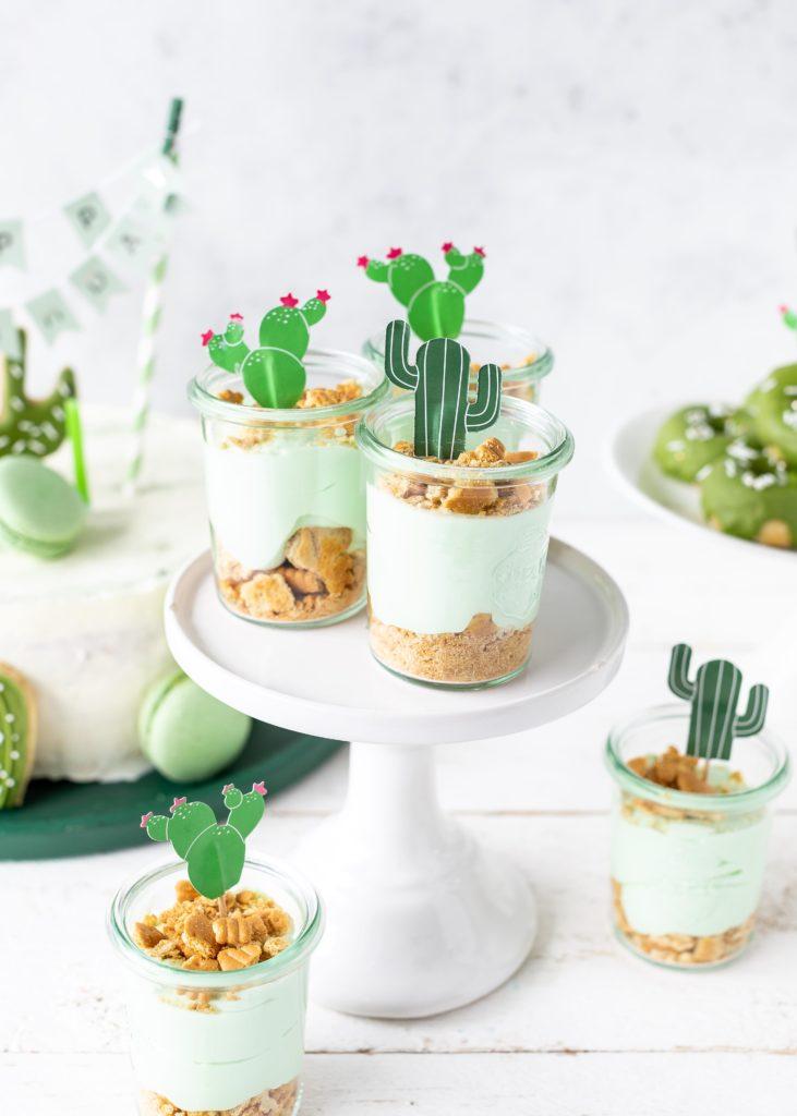 Waldmeister-Cheesecake im Glas für eine Kaktusparty
