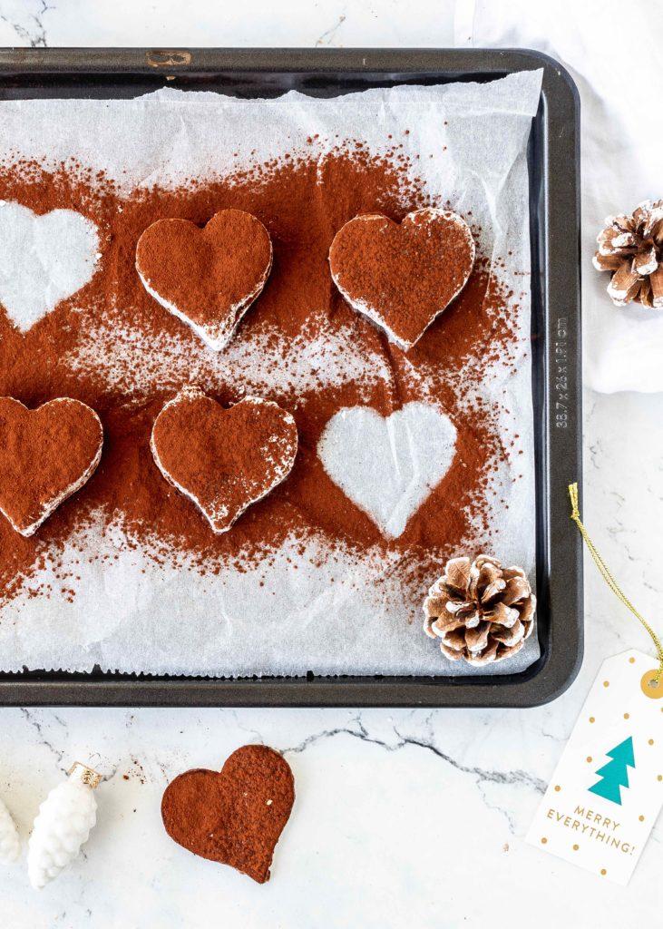 Rezept für Tiramisu Plätzchen Herzen mit Kakao Mascarpone und weißer Schokolade #Lieblingsplätzchen #Weihnachtsbäckerei #christmas #plätzchen backen Weihnachten