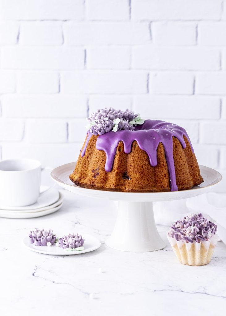 Blaubeer Zitronen Gugelhupf Rezept mit Dahlien aus Buttercreme backen einfach lecker Heidelbeeren Kuchen Rührkuchen Zuckerguss #gugelhupf #bundtcake #cake #kuchen #backen #einfach | Emma´s Lieblingsstücke