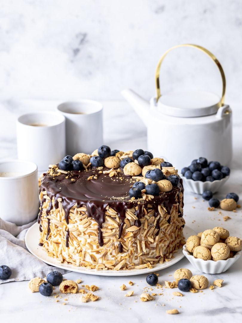 Rezept: Blaubeer Schokomousse Torte mit Eierlikör und Amarettinis Mandelstifte Heidelbeeren Geburtstagstorte backen lecker köstlich #torte #eggnog #eierlikör #cake #birthdaycake dripcake #dripcake | Emma´s Lieblingsstücke