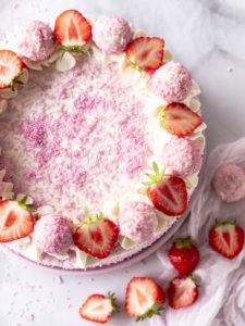 Rezept: Erdbeer Kokos Torte Raffaelo #raffaelo Raffaelotorte backen lecker einfach Biskuit #Erdbeeren #strawberry #torte #cake #Kokos #foodblog #foodphotography #foodsryling #coconut Emma´s Lieblingstücke