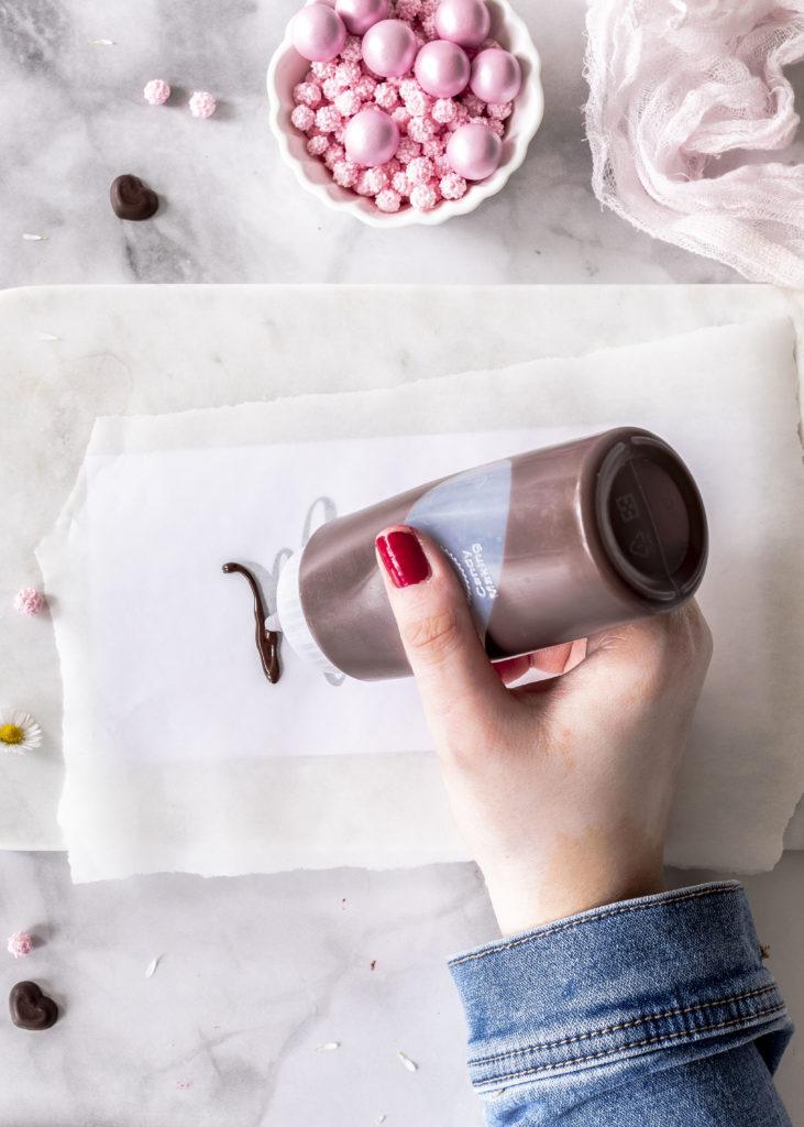 Rezept: Himbeermousse Torte mit Schokolade und Schriftzug zum Muttertag backen Drip Cake Cakelettering #muttertag #cakelettering #dripcake #torte #cake #mothersday #himbeeren | Emma´s Lieblingsstücke