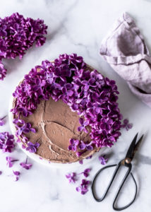 Rezept: Blaubeer Schokoladen Torte mit Heidelbeeren Haselnüssen und Swiss Meringue Buttercreme backen Flieder Deko Törtchen #blueberry #torte #cake #Flieder #Blaubeeren #backen Emma´s Lieblingsstücke