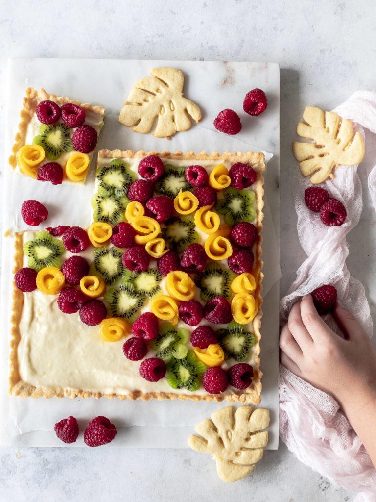 Einfaches Rezept: Tropische Tarte mit Koks-Pudding Mango Kiwi und Himbeeren backen Mürbeteig Tropical Tarte foodblog foodphotograhy #tropical #tarte #coconut #kokos #sommer Sommertarte Sommerrezept | Emma´s Lieblingsstücke