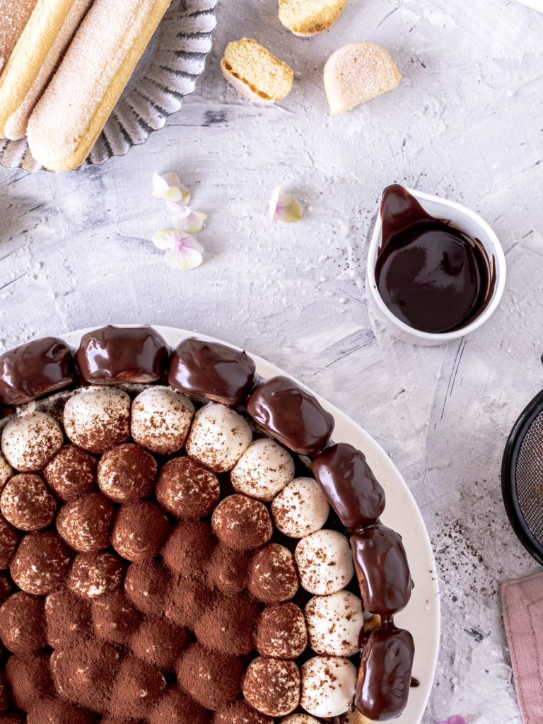 Schokoladen Tiramisu Charlotte Torten Rezept backen mit Kaffee, Löffelbiskuits und Schoko Drip #torte #schokolade #chocolate #backen #dripcake ? Emma´s Lieblingsstücke