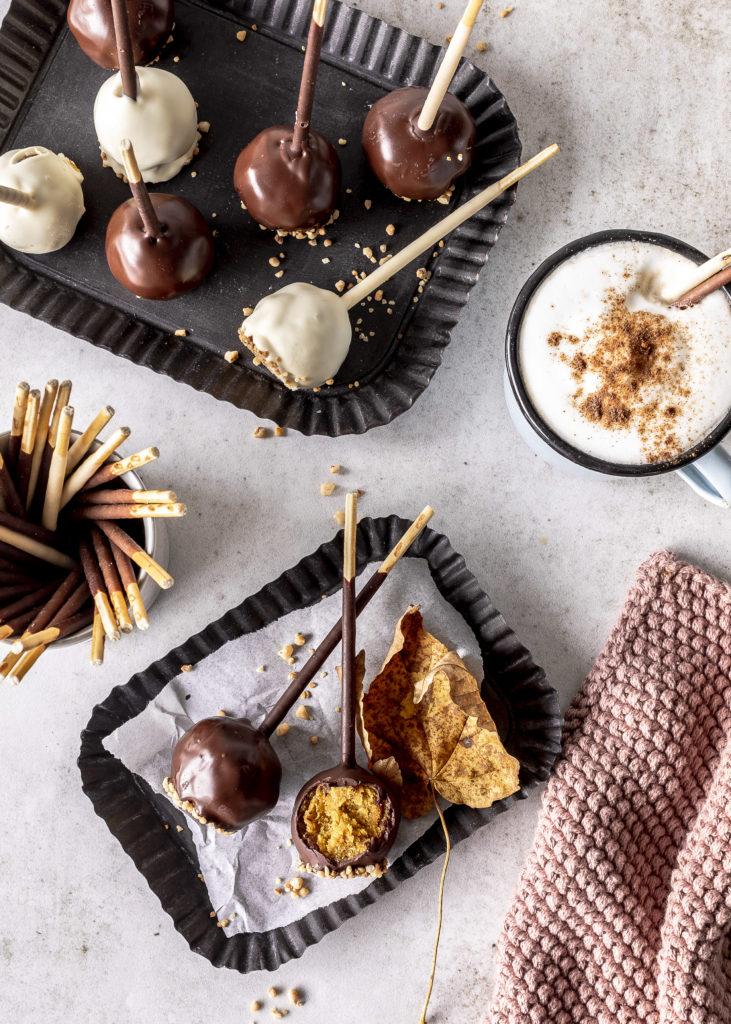 Einfaches Rezept für Mikado Pumpkin Cake Pops Soulfood für den Herbst selber machen Kürbis Kuchen am Stiel backen #pumpkin #pimpkinpops #cakepops #herbst #schokolade Emma´s Lieblingsstücke