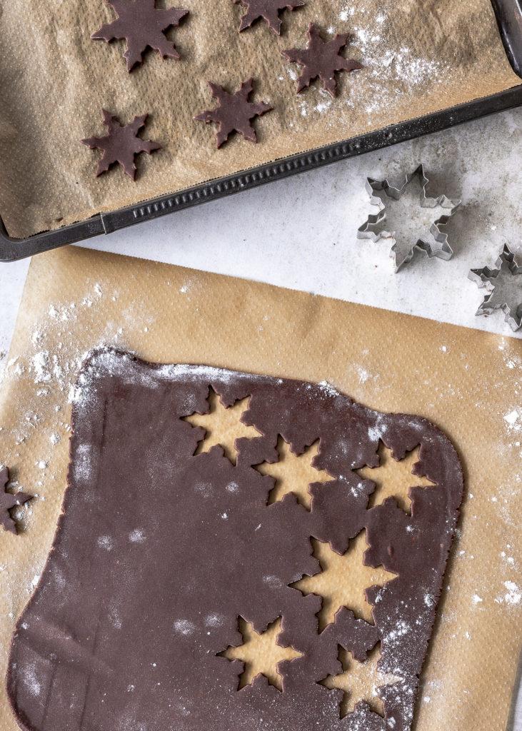 Einfaches Rezept für Schoko Plätzchen mit Royal Icing und Goldpuder Schneeflocken Schneekristalle backen Weihnachten #plätzchen #weihnachten #schokolade #royalicing Emma´s Lieblingsstücke