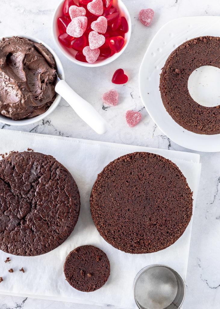 Piñata Torte zum Valentinstag backen Surprise Inside Cake Rezept Schokoladentorte Schokolade Drip Cake lecker Valentine´s Day #valentinstag #dripcake #schokolade #backen #torte #cake Emma´s Lieblingsstücke